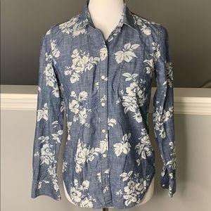 EUC women's denim shirt. Boyfriend fit. GAP XS